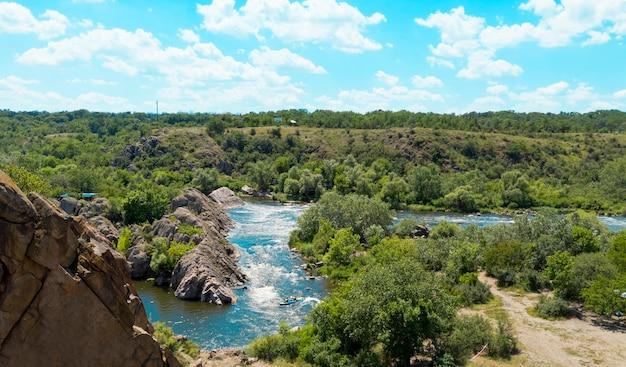 崖から南バグ川への眺め。ウクライナのバグガード国立自然公園。
