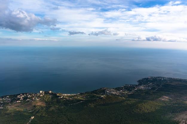 Вид с горы на город и море