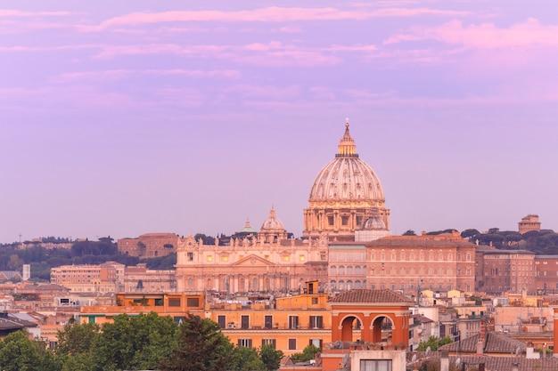 イタリア、ローマの美しい夕日の間にサンピエトロ大聖堂を見下ろすピンチョの丘からの眺め。