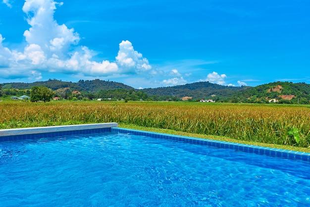 プールから野原と山々への眺め。珍しい場所にあるプール