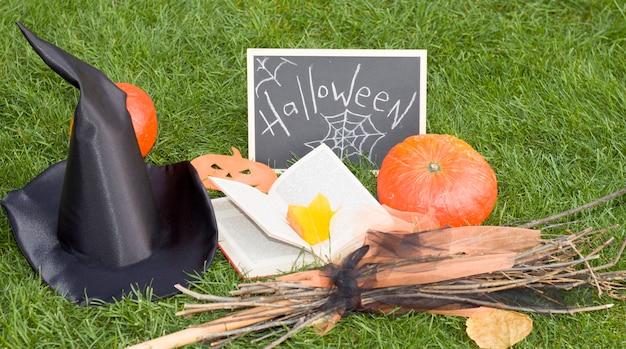 上からの眺め、ほうき、本、葉、蜘蛛、魔女の帽子。ハロウィーン。組成