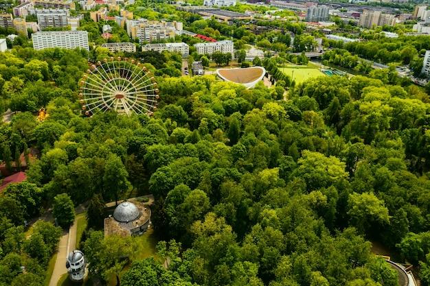 Вид с вершины парка в минске. вид на город минск с высоты птичьего полета. беларусь.