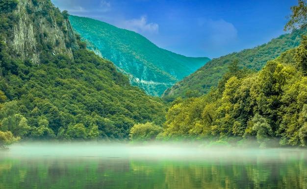 스코페 주변의 마트카 캐년(matka canyon)에서 아름다운 호수의 전망. 마케도니아