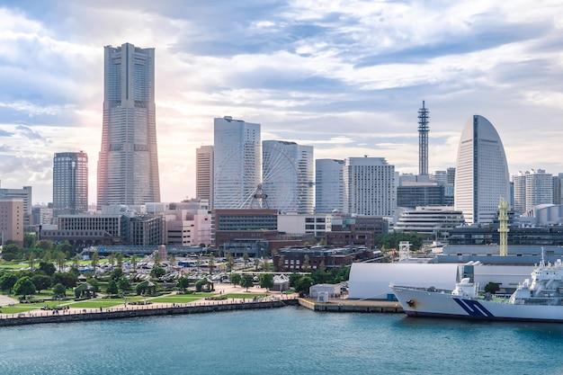 Вид на городской небоскреб парк развлечений колесо обозрения и порт города йокогама япония