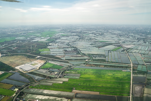 緑の野原と農場とタイの真ん中のダウンタウンの街の眺め。 jetplaneから撮影しました。
