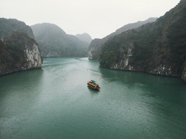 ベトナムのハロン湾の眺め。岩の間を航行する観光船。