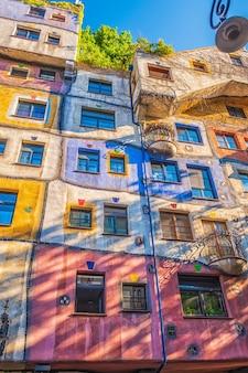 Вид на дом хундертвассера в вене, австрия.