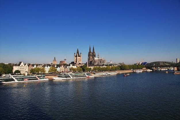 Вид на реку рейн в кельне, германия