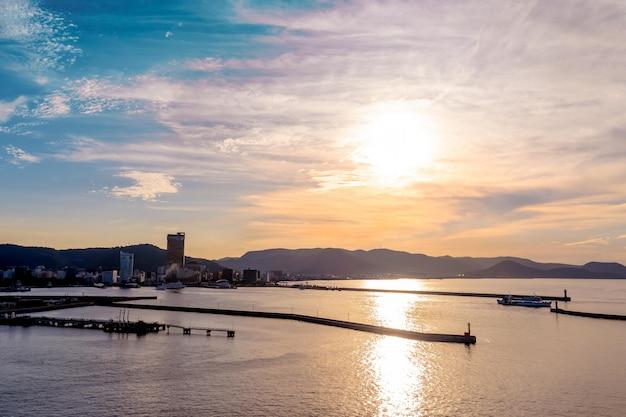 夕日が沈む高松湾と市街の眺め。