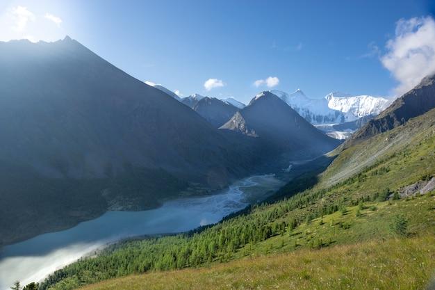 アルタイ山脈のベルカ山の眺め