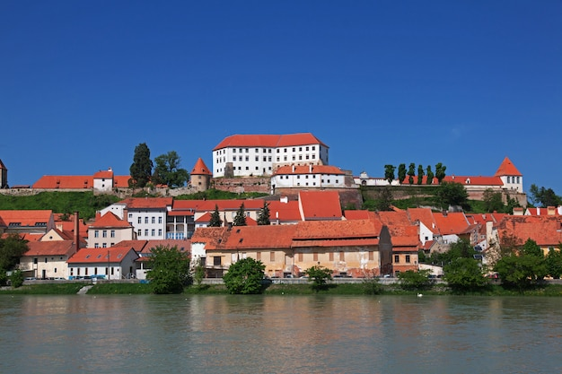 スロベニアのプトゥイ中心部の眺め