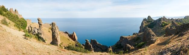 カラダグの眺め(古代の死火山の場所にある予備-クリミア、ウクライナ)。 3ショットステッチ画像。