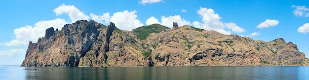 遠足船(クリミア、ウクライナ)の側面からのカラダグ岩(古代の死火山の場所にある保護区)の眺め。 8ショットステッチ画像。