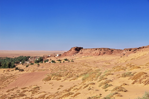 アルジェリアのサハラ砂漠のティミムンの放棄された都市の古い要塞の眺め