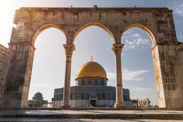 イスラエル、エルサレムの魂の鱗の列柱から見た岩のドームの眺め。
