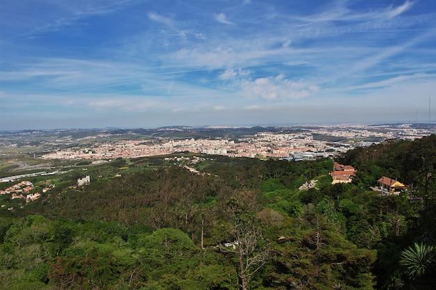 Вид на долину от дворца пена в городе синтра, португалия