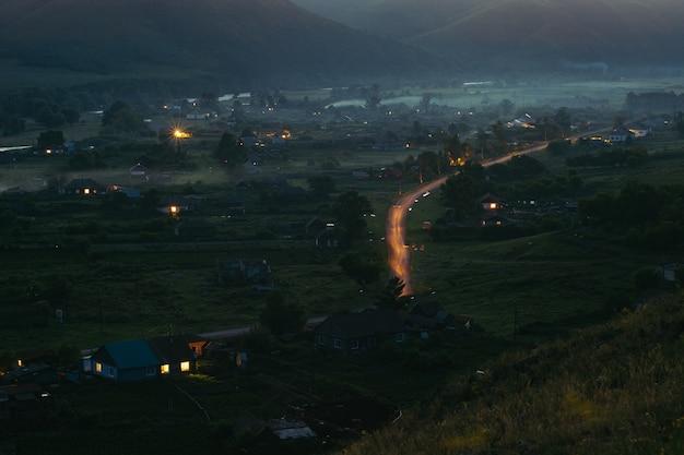 鳥瞰図から夜の山の中の村。