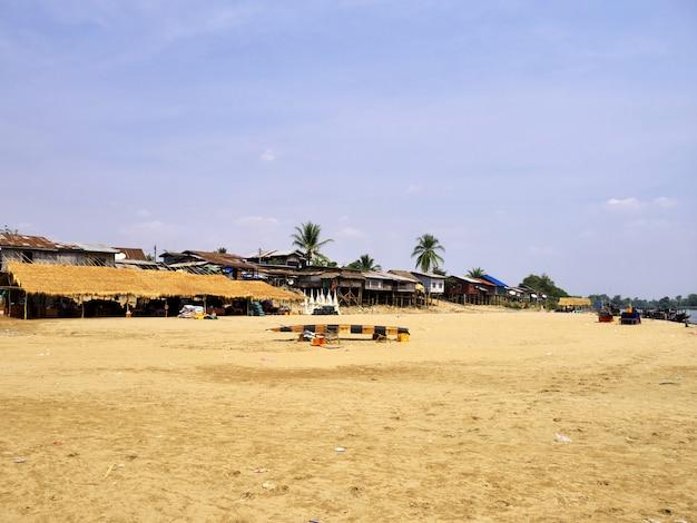 Деревня на реке меконг, чампассак, лаос