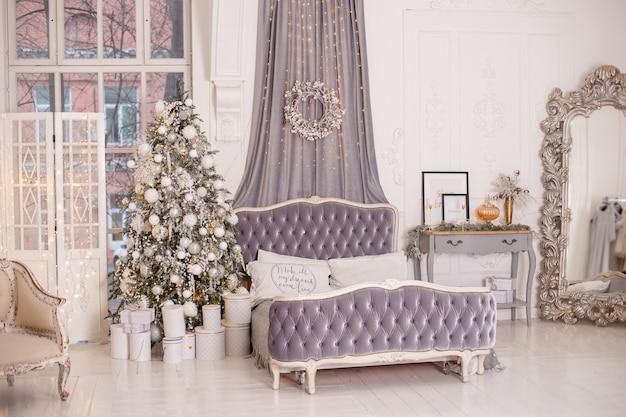Винтажный интерьер новогодней спальни оформлен в бело-серых тонах.
