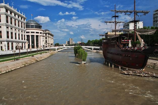 Старинный корабль в скопье, македония, балканы