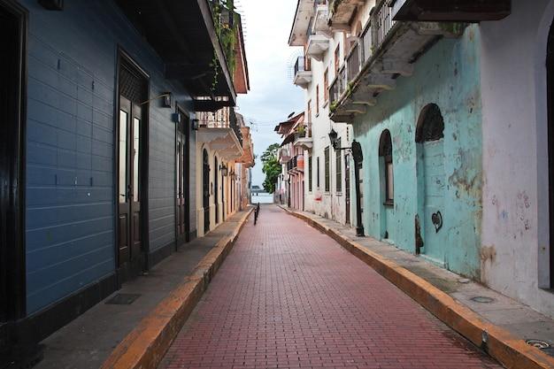 Винтажная улица в каско вьехо в городе панама, центральная америка