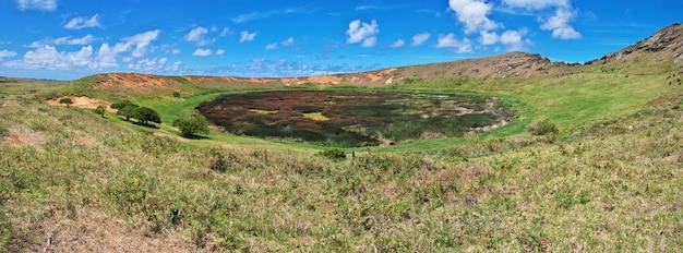 Кратер вулкана рано рараку на острове пасхи рапа-нуи в чили