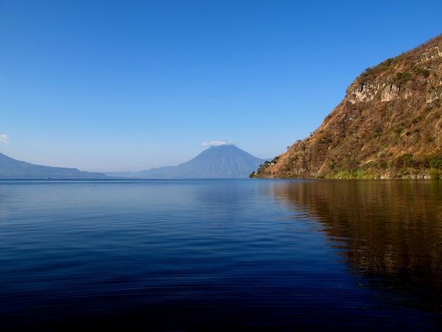 グアテマラのアティトラン湖の火山