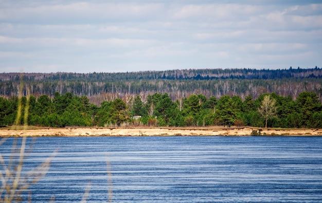 볼가 강과 숲의 반대편에 있는 마을.