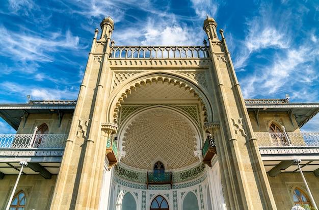 Воронцовский дворец в алупке, главном туристическом центре крыма.