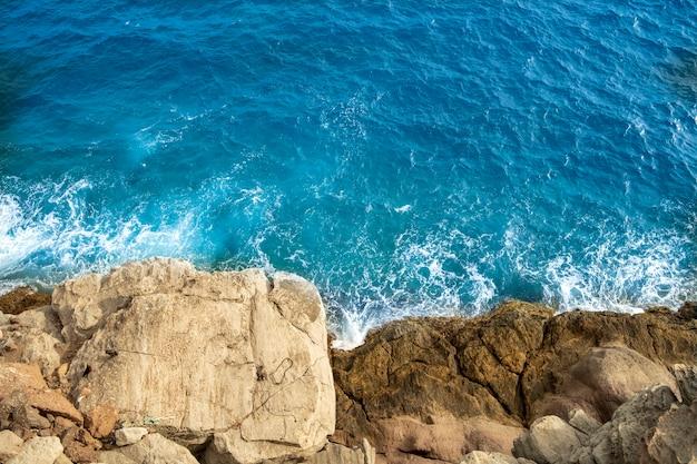 Прогулка по побережью между пляжами амадорес и пуэрто-рико гран-канарских островов.