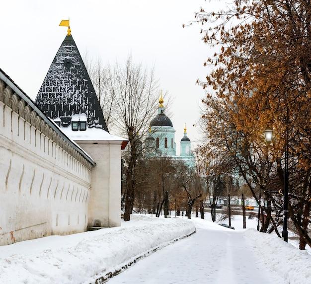 Spaso-andronikov 수도원의 벽과 탑, 백그라운드에서 radonezh의 성 세르지오 사원. 겨울의 러시아 모스크바.