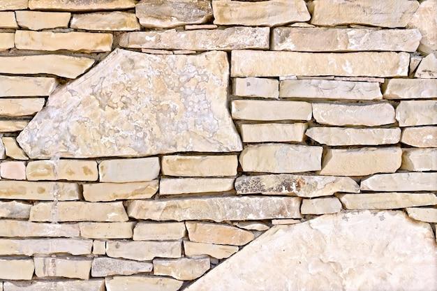 さまざまなサイズの粗い砂岩で作られた壁