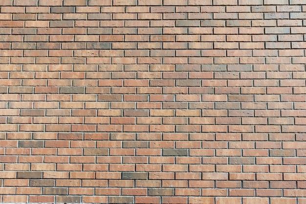 벽은 갈색 표면 벽돌로 만들어졌습니다.