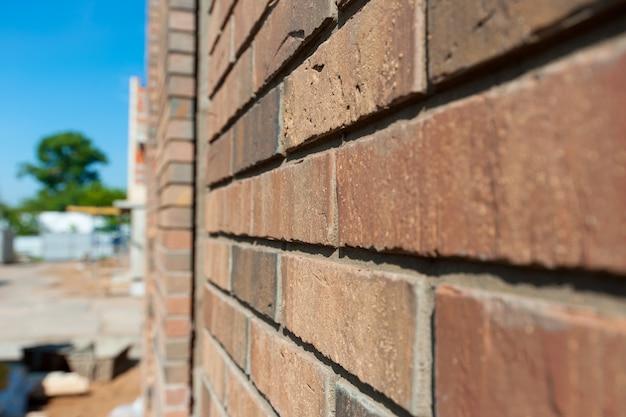 Стена из коричневого облицовочного кирпича