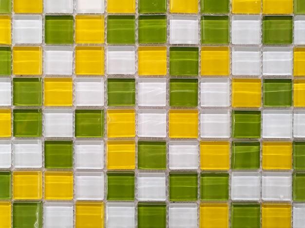 벽이나 바닥은 다채로운 타일로 장식되어 있습니다.
