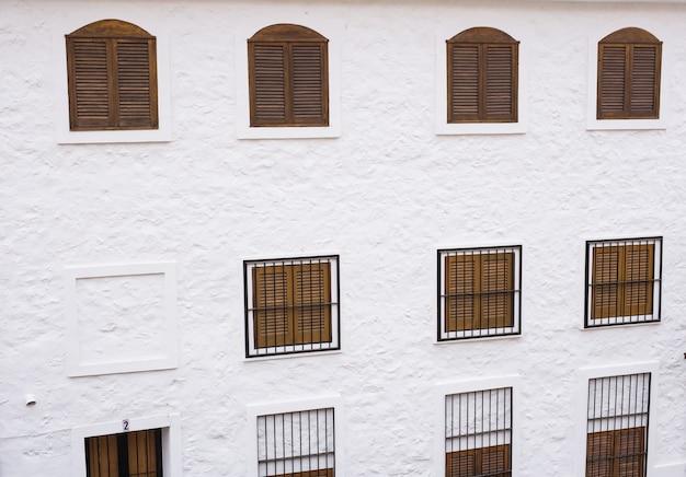 오래된 건물의 창문이있는 벽.