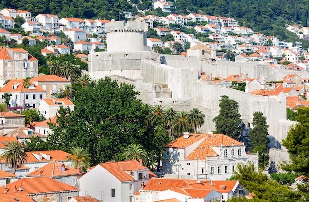 Minceta 타워가있는 두브 로브 니크 성벽 (크로아티아).