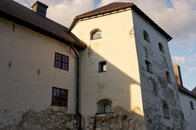 Стены старинного замка на фоне голубого неба.