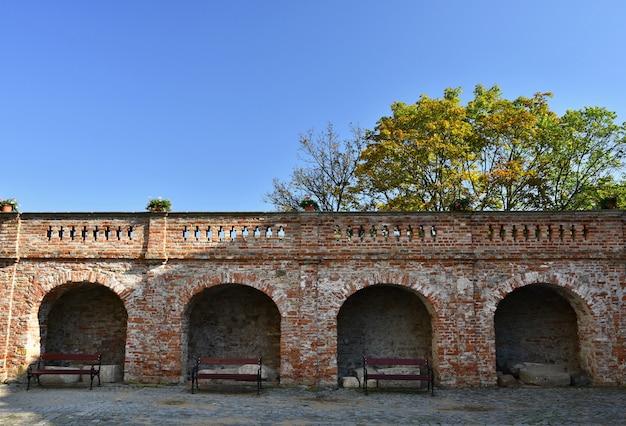 푸른 하늘과 구름의 배경 가진 성곽의 벽.