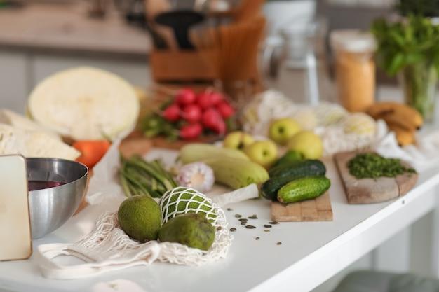 庭で集められた洗った野菜は白いテーブルの上にあります。閉じる。