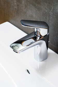 Водопроводный кран для ванной комнаты крупным планом