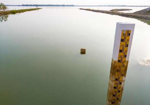 水位ゲージインジケーターは、大きな貯水池にこれまでに保管された最高の水位を示します
