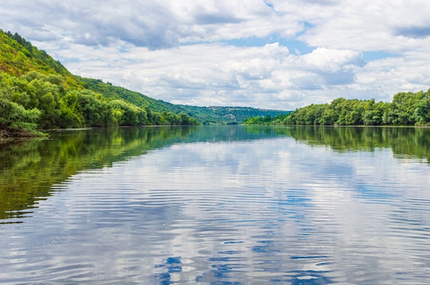 ボートで作られた側面に森があるドニエストル川のクローズアップの水。