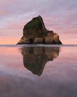 遠くの崖を映す水