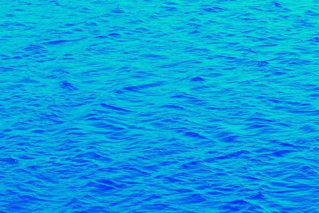 川の水面は明るい青色で波は小さい Premium写真