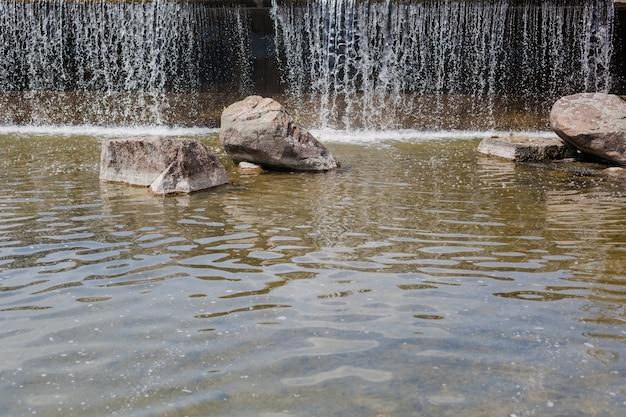 滝は急速に流れ、美しく飛び散っています