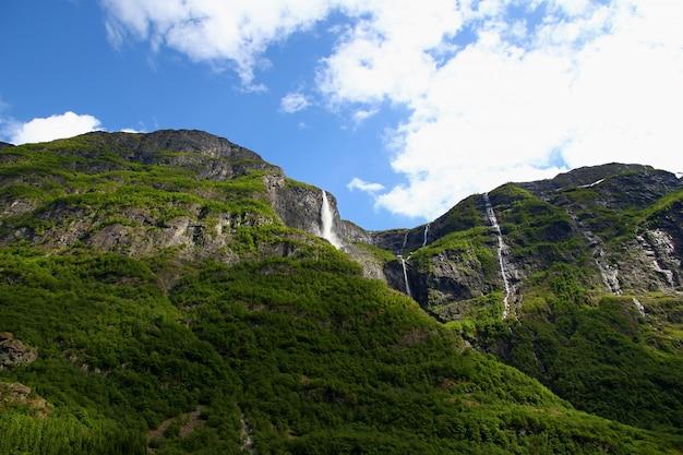 Водопад на согне-фьорде, норвегия