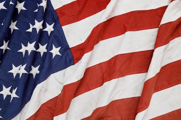 アメリカの国旗を振っています。