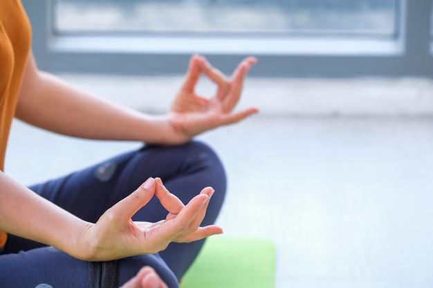 건강하고 균형 잡힌 연습 명상과 요가, 체육관에서 선 에너지의 남녀의 삶의 방식. 건강한 생활 개념
