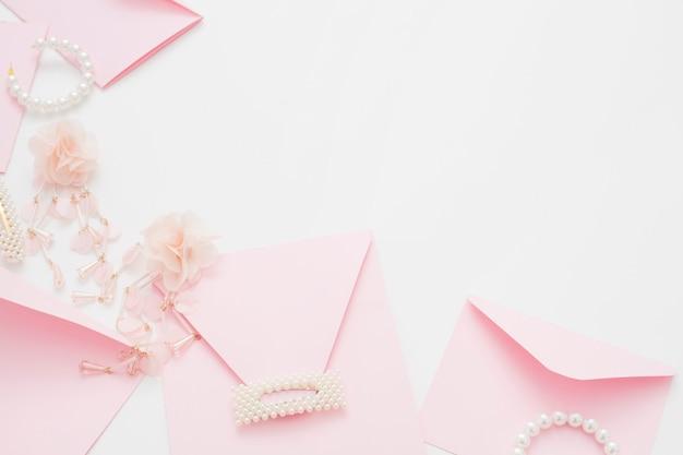 結婚式の背景には、コピースペースの招待状が飾られています。